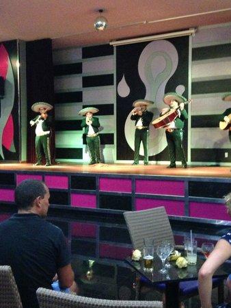 Hotel Riu Caribe : Lobby entertainment