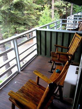 Narrow Gauge Inn : Gemütlicher Balkon mit tollem Ausblick in den Wald