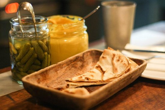 Depot Eatery & Oyster Bar: yummy bread and dips