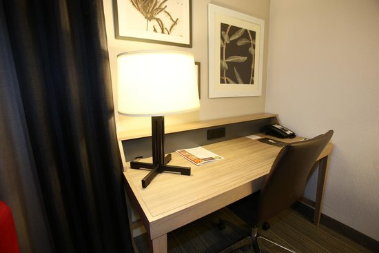 GreenTree Inn & Suites Phoenix Sky Harbor: Desk Area