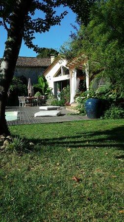 Chambres en Vigne: Détente dans le jardin au bord de la piscine