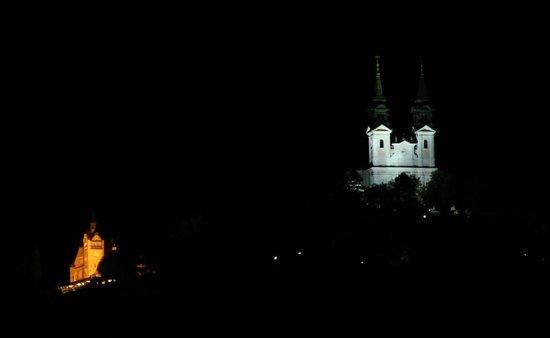Hotel Goldener Adler: Pöstlingberg bei Nacht aus dem Zimmerfenster