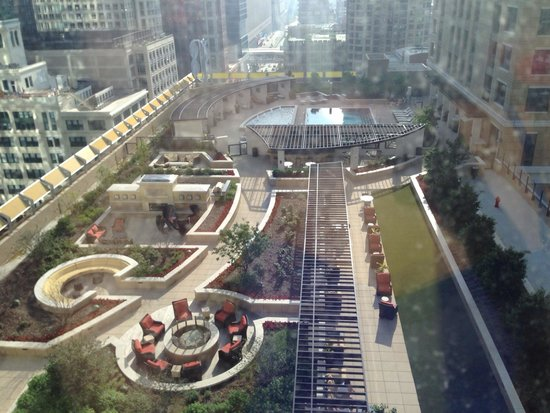Residence Inn Chicago Downtown/Magnificent Mile : view from indoor pool!