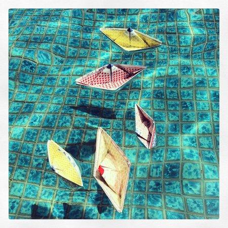 Al Bustan Palace, A Ritz-Carlton Hotel: Wish Boats in the pool