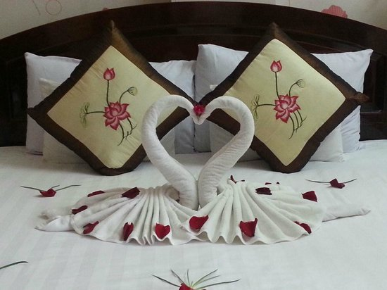 Hai Au Boutique hotel and spa : towels formed in swans and rose petals Hai Au