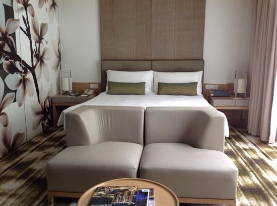 Crowne Plaza Changi Airport: Bed is American kingsize.