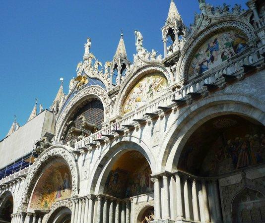 Basílica de San Marcos: Квадрига и мозаика люнет