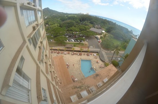 Queen Kapiolani Hotel : Corner room with view of Diamondhead and beach
