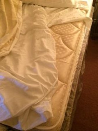 Hotel Grand Pacific: Mattress without fitted sheet, what you sleep on. Not 4 star