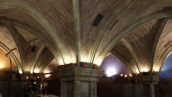 Meson Chuchi: Decoración del  techo del comedor con bóvedas.