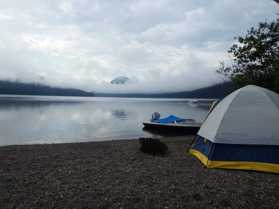 Bowron Lake Lodge and Resorts: Beach front campsite