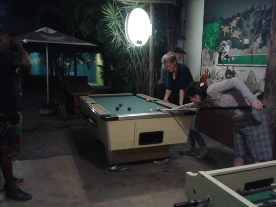 St Lucia Bibs International Backpackers: Außenbereich mit Billard, Kicker, Tischtennis