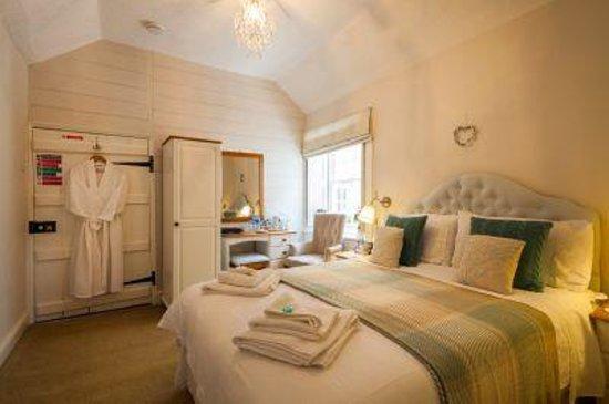 Woodbine Bed & Breakfast: Cosy back room 3
