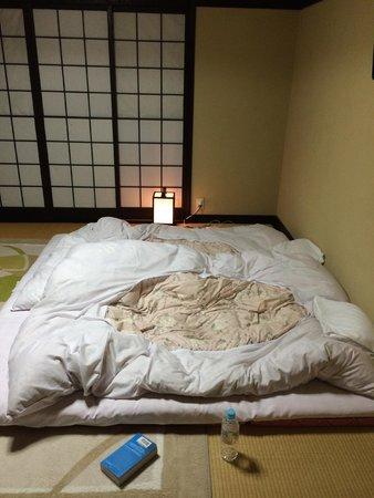 Gyozanen : Futon rolled out at night