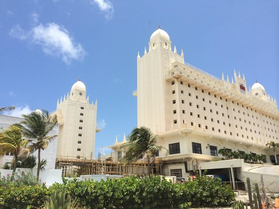 Hotel Riu Palace Aruba: Outside of palace
