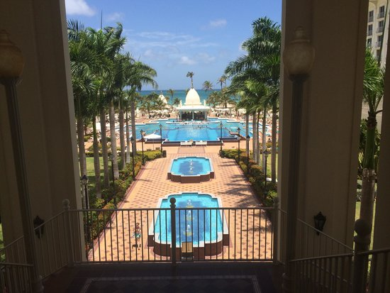 Hotel Riu Palace Aruba : Water fountains, pools and swim up bar