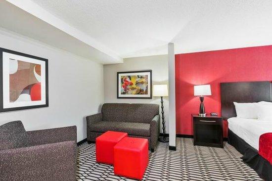 Best Western Plus BWI Airport North Inn & Suites: Queen/Queen Suite Sitting Area