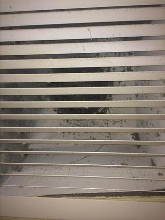 Belmont Hotel : Vent directly over toilet, dirty