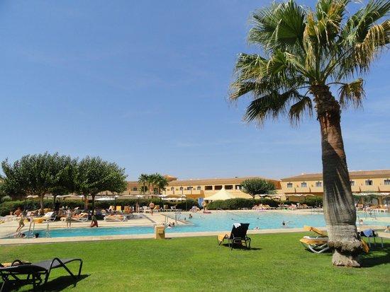 Be Live Collection Son Antem : Hotelanlage vom Poolbereich her gesehen