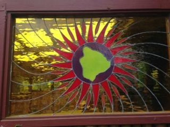 Big Island Brewhaus: Stained glass at outdoor seating