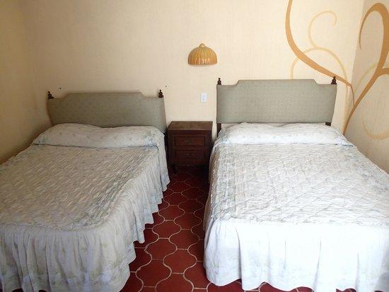 Posada Mora : Nada mejor para su descanso despues del trabajo, que una cómoda cama, con aire acondicionado.