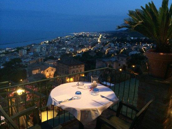 Le terrazze hanno una vista del litorale marchigiano incantevole ...