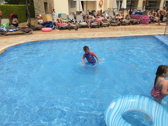 Aparthotel Duva & Spa: View of the childrens pool.