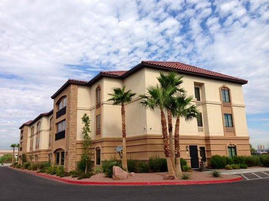 La Quinta Inn & Suites Las Vegas Airport South: I LOVE the La Quinta Las Vegas South!! Look how beautiful!