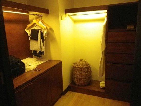Chateau de Bangkok: walk-in closet