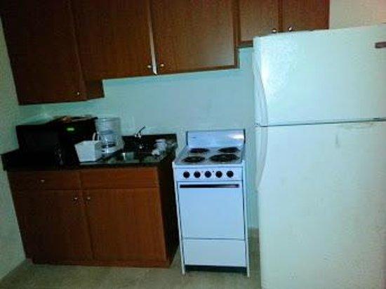 Sunset Beach Inn: Small kitchen in room
