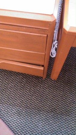 Travelodge Mansfield: Broken furniture