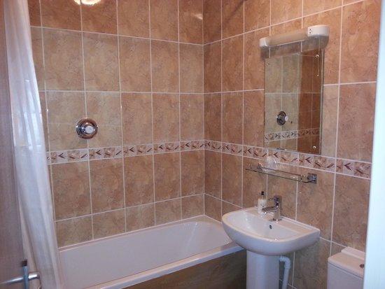 Barons Court Hotel : Bathroom