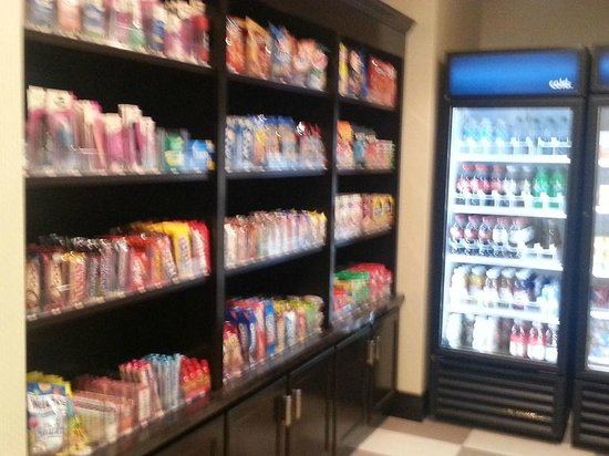 Hampton Inn & Suites Sandusky / Milan: The Commons area where you can buy food and items you left at home