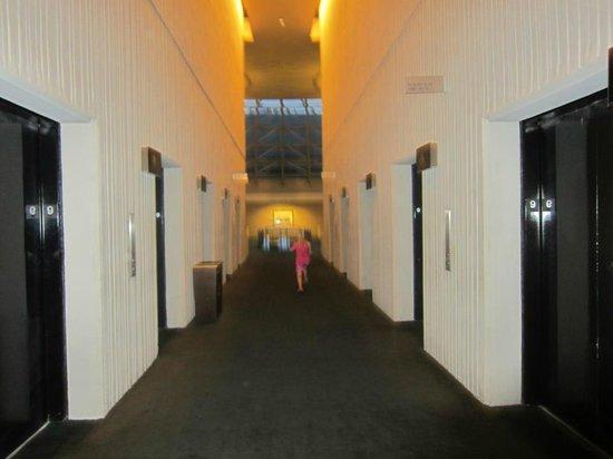 The Westin Peachtree Plaza: Elevators to rooms.