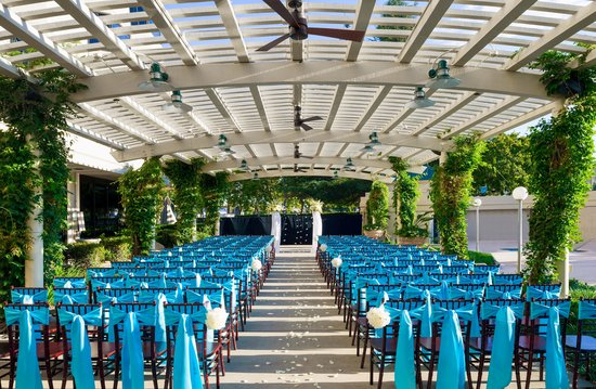 Sacramento Marriott Rancho Cordova: Wedding Ceremony Under the Outdoor Trellis
