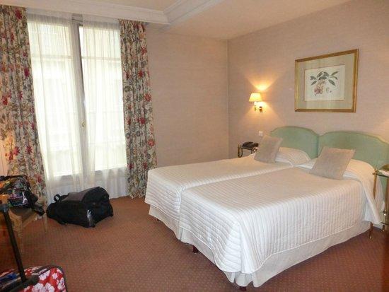 Hôtel Le Littré : Comfortable, large standard room, great location!