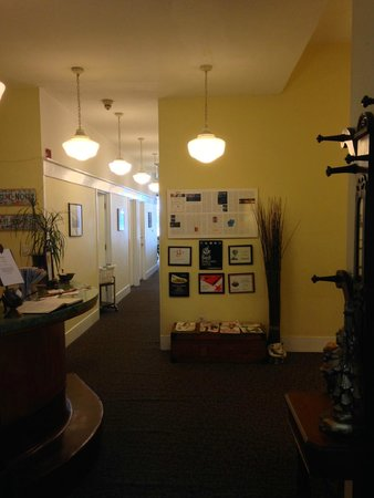 Pensione Nichols B&B : Lobby and check-in desk, hallway to rooms