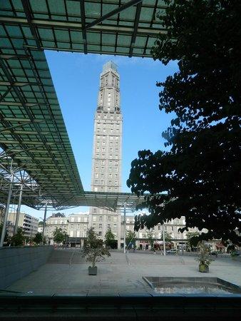 Cathédrale Notre-Dame d'Amiens : La tour Perret et la verriere de la Gare d'Amiens
