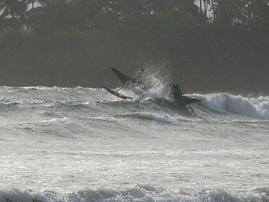 CoCo Bay Unawatuna: Fischerboot in den Wellen