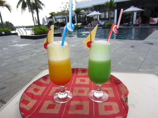 Hoi An Beach Resort: Drinks by the pool :-)