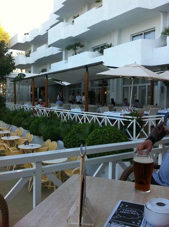 Hotel Rocamarina: terraced area for meals