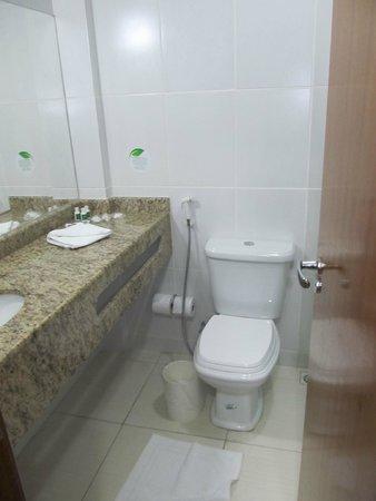 Oasis Hotel: Banheiro quarto triplo