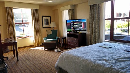 Hampton Inn & Suites Saratoga Springs Downtown : our king bed corner room