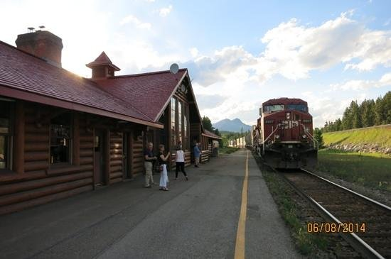 Lake Louise Station Restaurant : train stopped at the restaurant