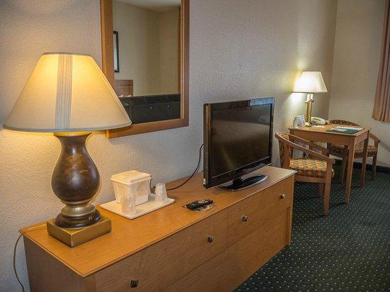 Quality Inn & Suites: Spacious clean room