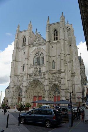 Cathédrale de Saint-Pierre et Saint-Paul : Vue de l'exterieur