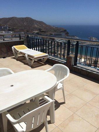 Apartamentos J.B. : Store terrasser med egne solvogne og bord/stole