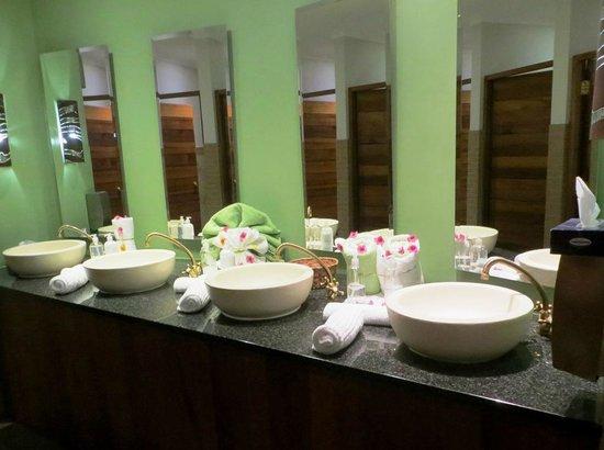 Indaba Hotel: Spa men's bathroom