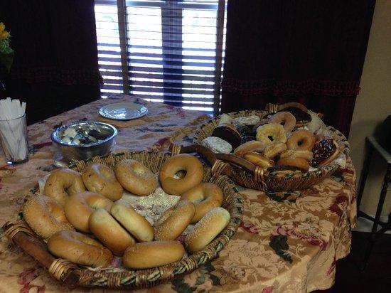 Colts Neck Inn Hotel: Complimentary Breakfast