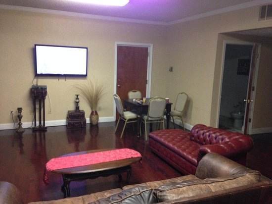 Colts Neck Inn Hotel: Breakfast room, TV room with board games